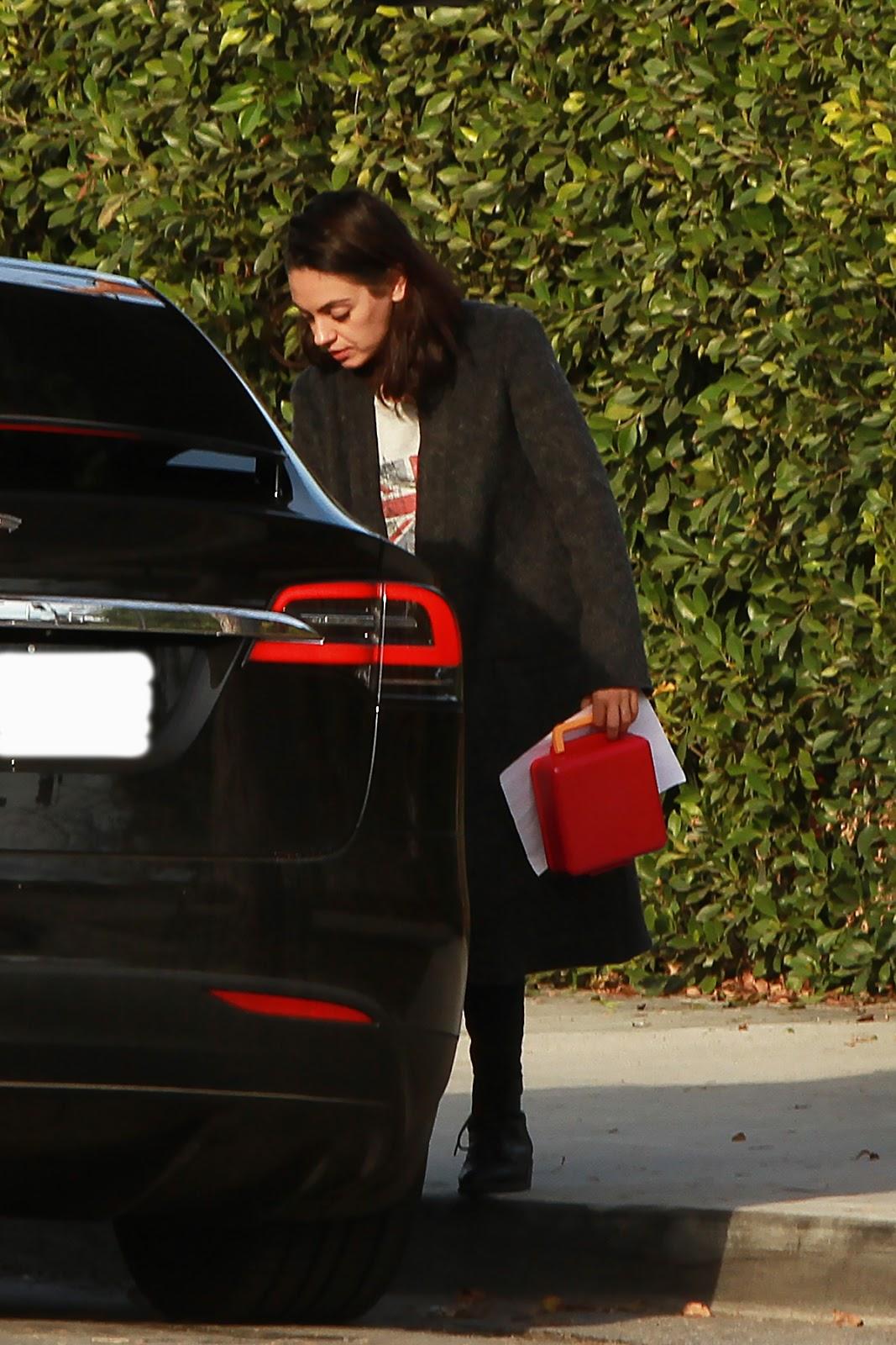 Mila Kunis fresh faced leaving her house in Los Angeles - 01/10/2019