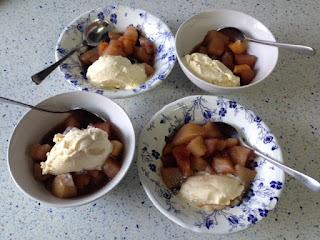 Presentación compota de invierno con helado de vainilla