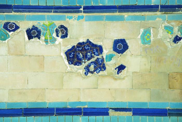 Ouzbékistan, Samarcande, nécropole Chah-e-Zindeh, fragments de mosaïque, © Louis Gigout, 1999