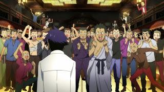 Raku Ichijou i witający go członkowie Yakuzy
