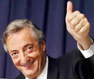 Foto de Nestor Kirchner saludando con la mano