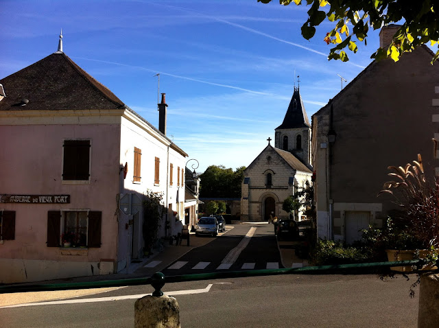 Auberge de Veux Port  and church in Maire