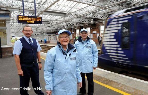 Voluntarios cristianos en la estación de tren