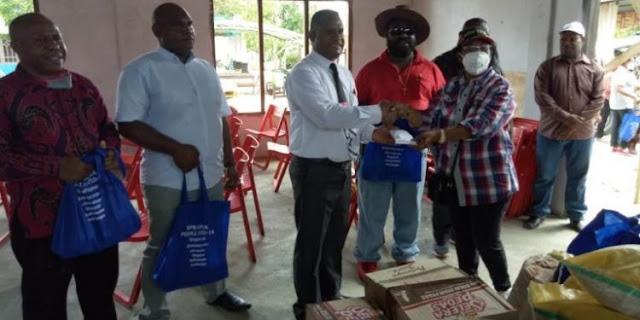 Thomas Sondegau dan Juliana Waromi Beri Bantuan Makanan dan Bahan Bangunan ke Jemaat GPdI Efata Arso VIII