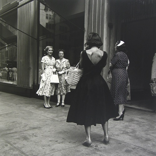 imagenes bellas en blanco y negro, fotos vintage, cool pictures -- fotografa Vivian Maier, Untitled, 1954, Woman Taking Photo.