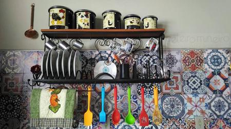 Paneleiro de ferro e madeira em cozinha de cliente do Celeiro Mineiro Móveis Rústicos