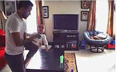قام بتثبيت كاميرا في منزله وهو برفقة إبنته الصغيرة وما شاهدته الزوجة جعلها تبكي اب رجل طفل ابن ابنه فى المنزل father son man child kid home