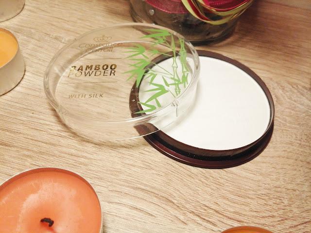Biały puder do twarzy? - transparentny puder bambusowy, puder z jedwabiem | Constance Carroll