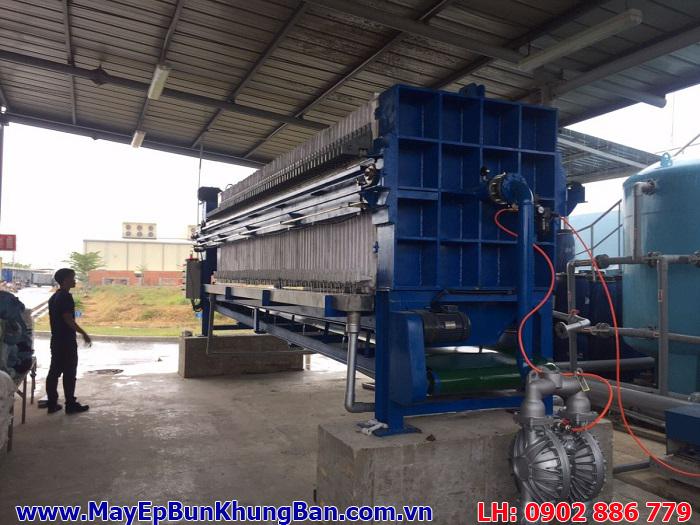 Máy ép bùn khung bản sử dụng bơm màng khí nén Yamada để vận chuyển hỗn hợp bùn từ bể lên máy