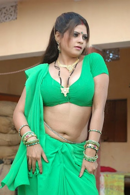 Bhojpuri-Bhabhi-In-Green-Saree