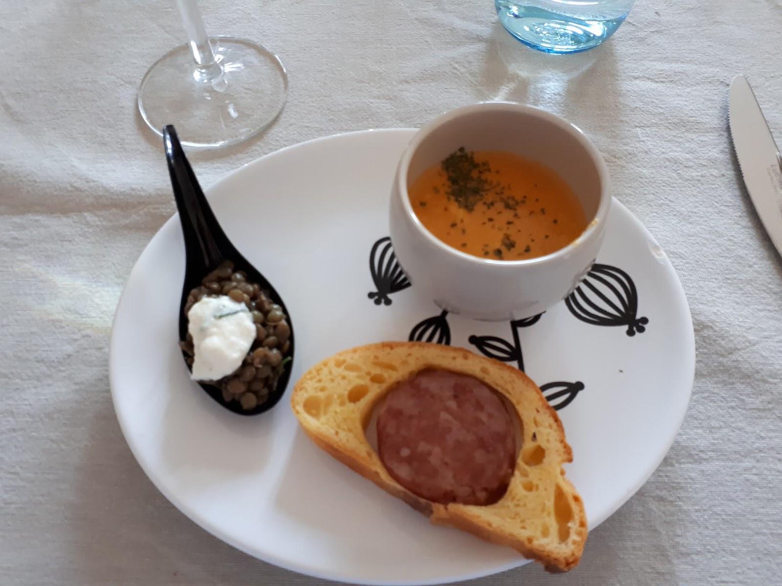 Mini saucisson brioché maison, cuillère lentilles haddock fumé, velouté de potiron