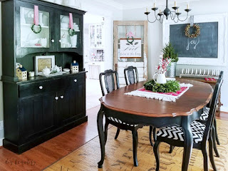 Farmhouse Christmas dining room tour at www.diybeautify.com
