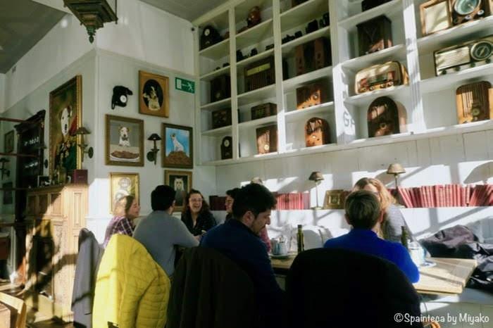 スペイン・マドリードのレティーロ公園の横のカフェで朝食する人たち