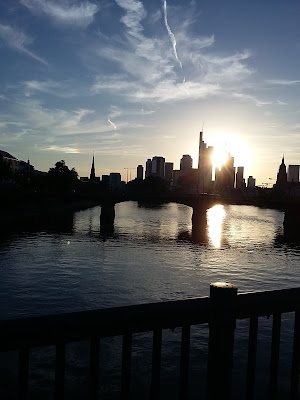 Frankfurtul vazut de pe raul Main la apus