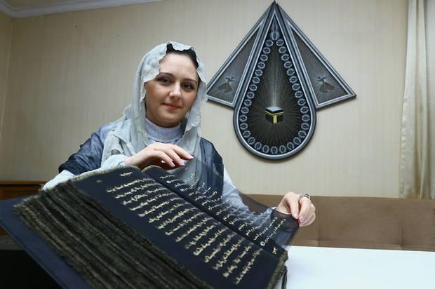 بالصور.. أول مصحف مكتوب على الحرير في العالم