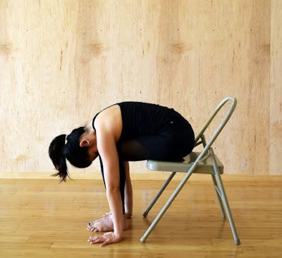 Tư thế Yoga gập người chạm tay- với ghế
