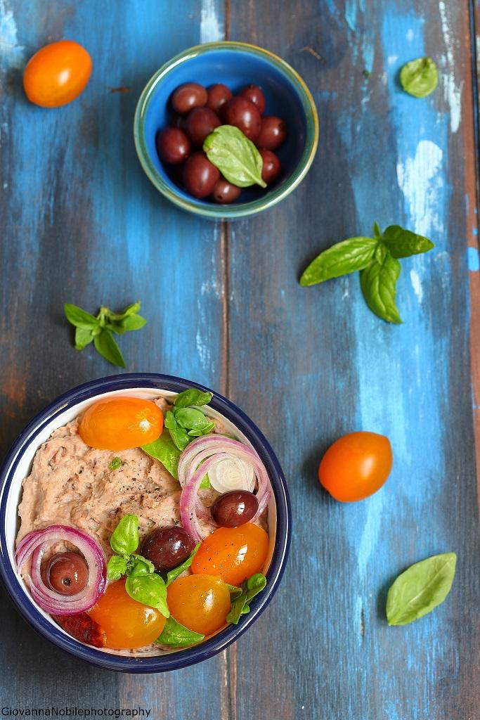 Hummus di fagioli borlotti e olive nere