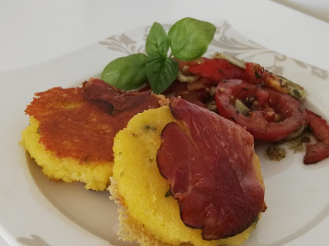 Polentalaibchen mit knusprigen Speck und Käse