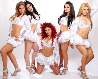 Foto de Las Hijas de su Madre con vestuario blanco
