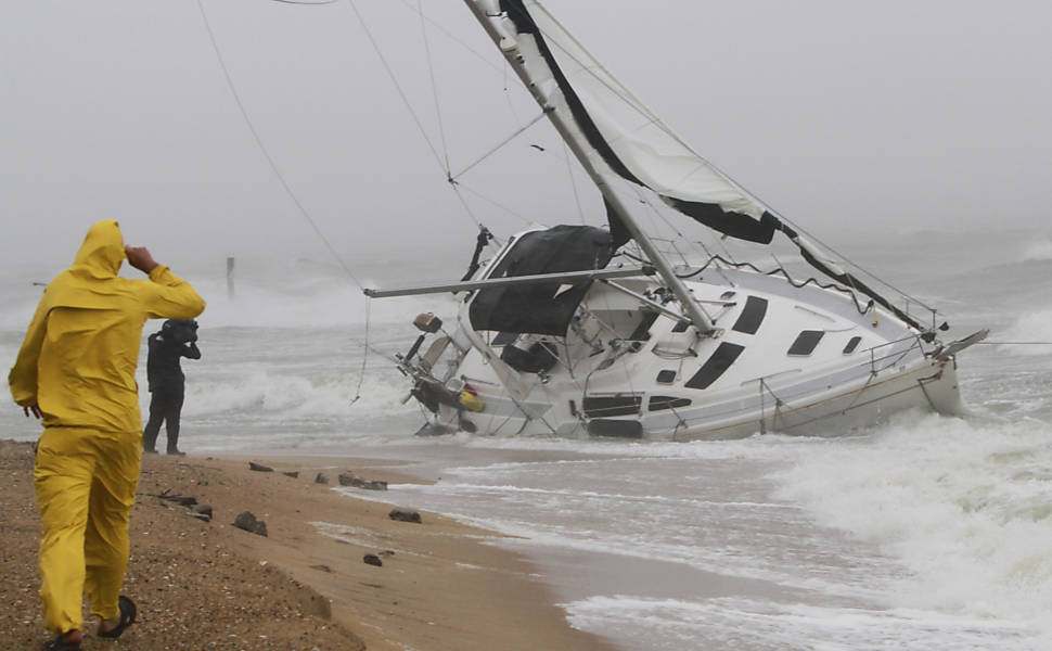 Furacão Irene Causa Destruição no Caribe e nos Estados Unidos