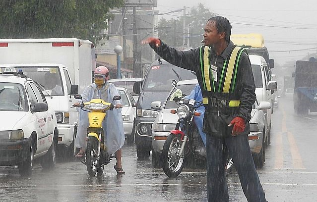 This traffic enforcer earns praises due to commendable act of goodwill