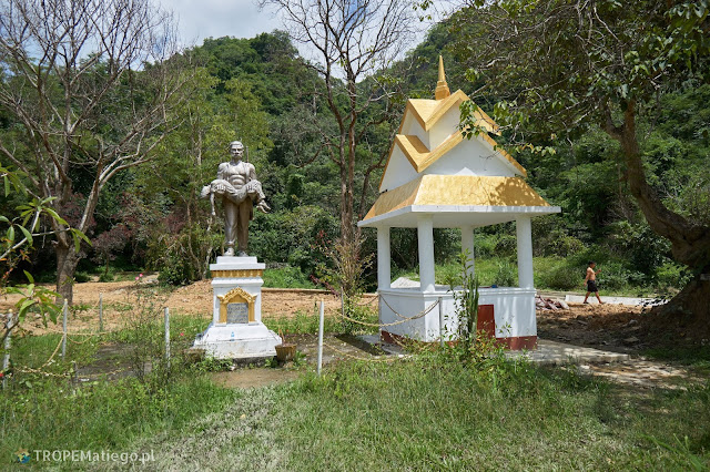 A monument in front of Tham Piew Caves in Laosie