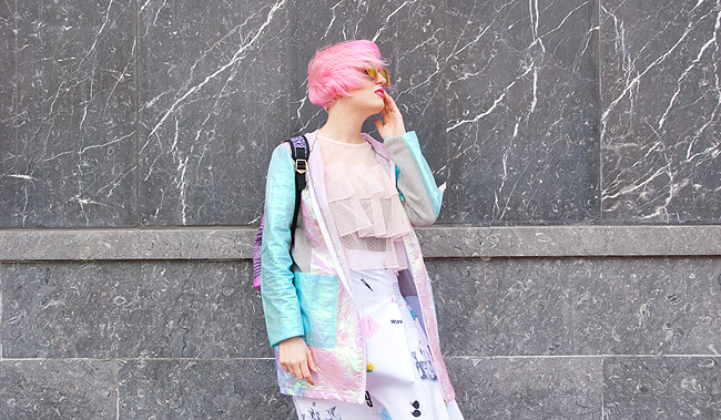sporty look, iridescent jacket, pink haired blogger
