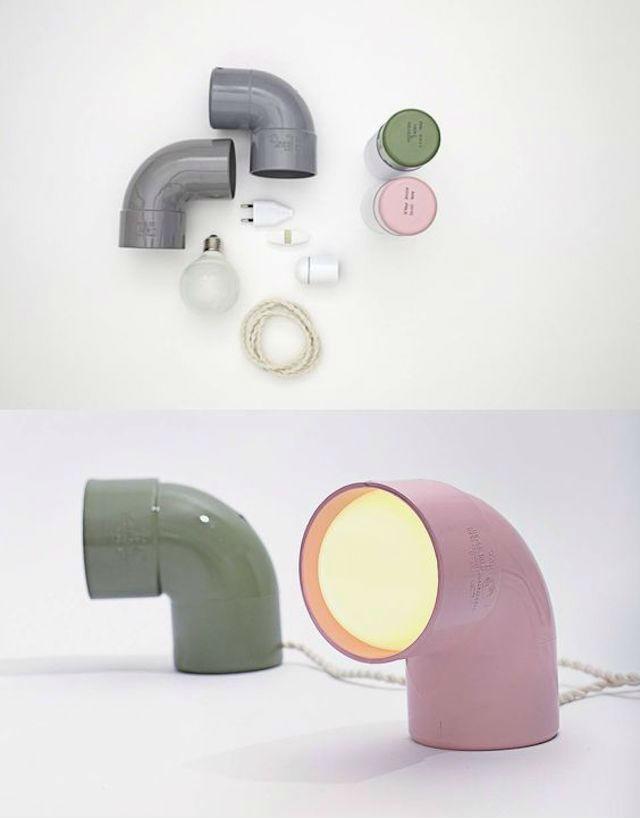 Una lámpara con tubos y codos de fontanería