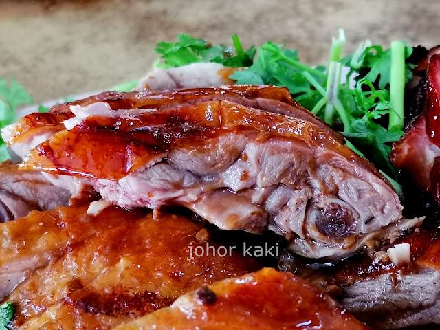 Best 10 Roast Pork in JB Malaysia. Restoran Oktober in Johor Jaya Bakawali 洪记烧腊鸡饭