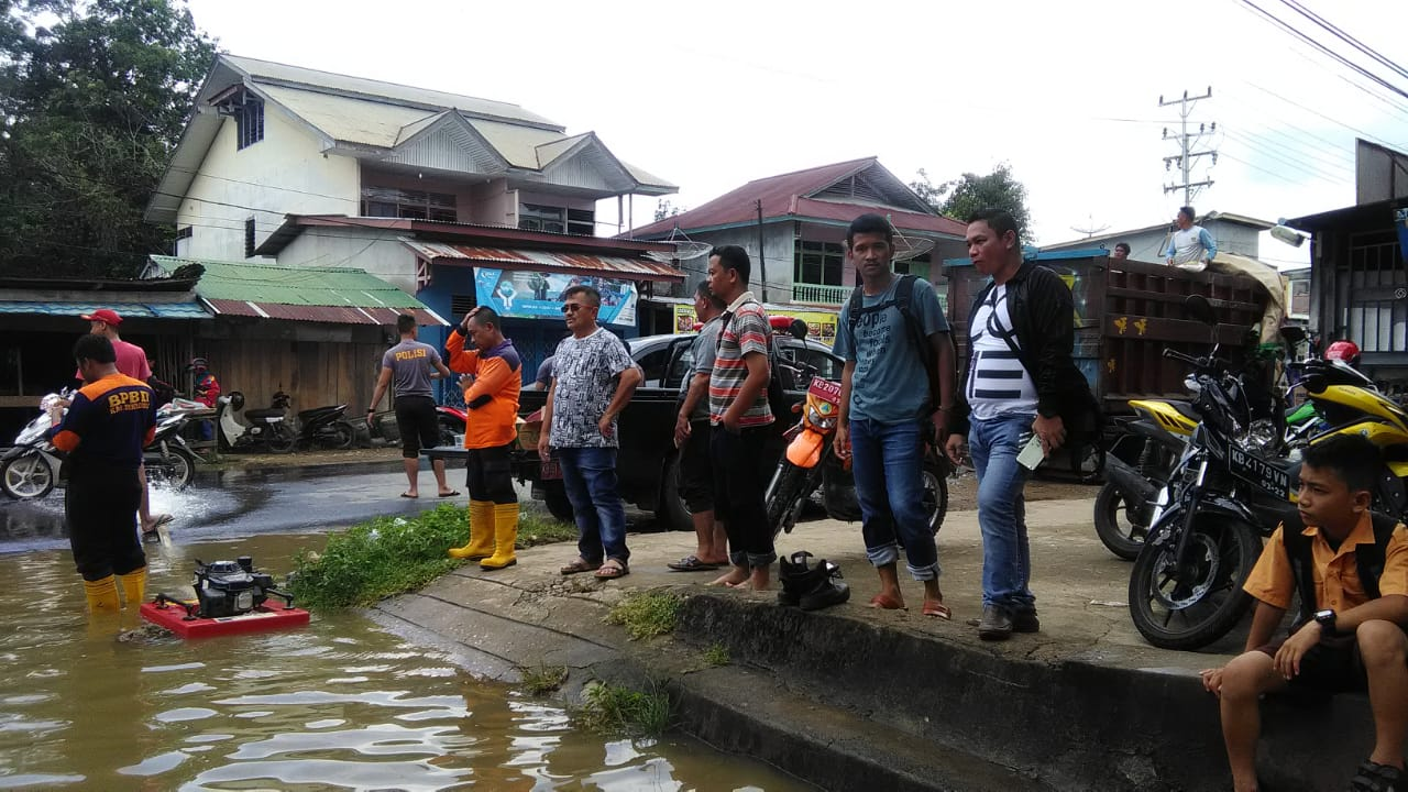 Wakil Bupati Sekadau Aloysius Tinjau Lokasi Banjir Simpang Gg Abadi Jalan Sekadau - Sintang