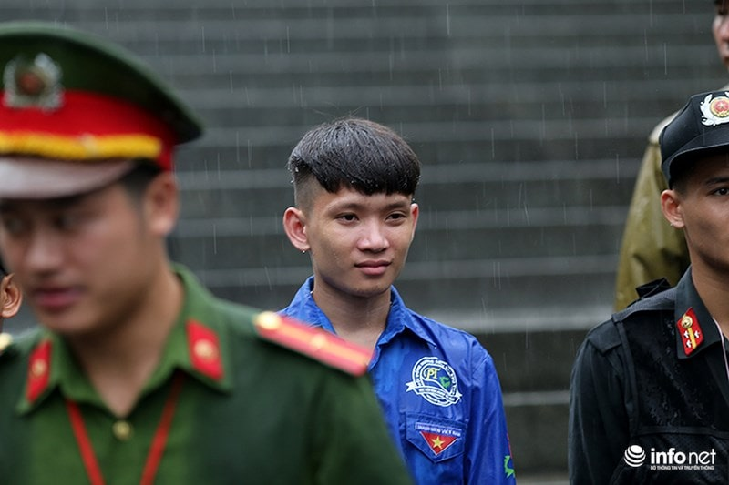 Chùm ảnh lực lượng tình nguyện đội mưa làm hàng rào tại Đền Hùng - Ảnh 4
