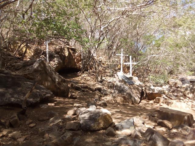 www.canionsxingo.com.br - A Grota do Angico foi aonde terminou a vida de Lampião, Maria Bonita e outros nove cangaceiros, localizada em Olho d`água do Casado, era um antigo ponto de acampamento de Cangaceiros