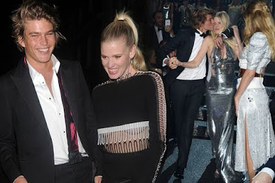lara-stone-gets-cosy-with-australian-model