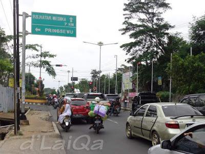 lampu merah pertigaan Jalan Pramuka