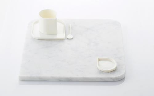 Eckige Keramik Marmorplatte, auf der eine Tasse steht