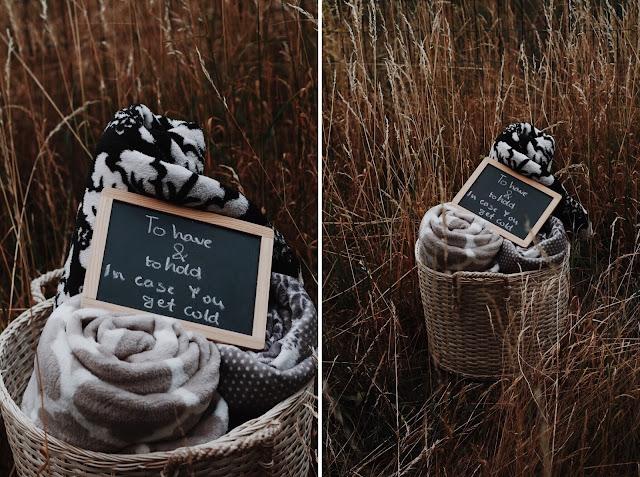 Koszyk z kocykami dla gości weselnych, aby nie zmarzli podczas ślubu i wesela w plenerze.