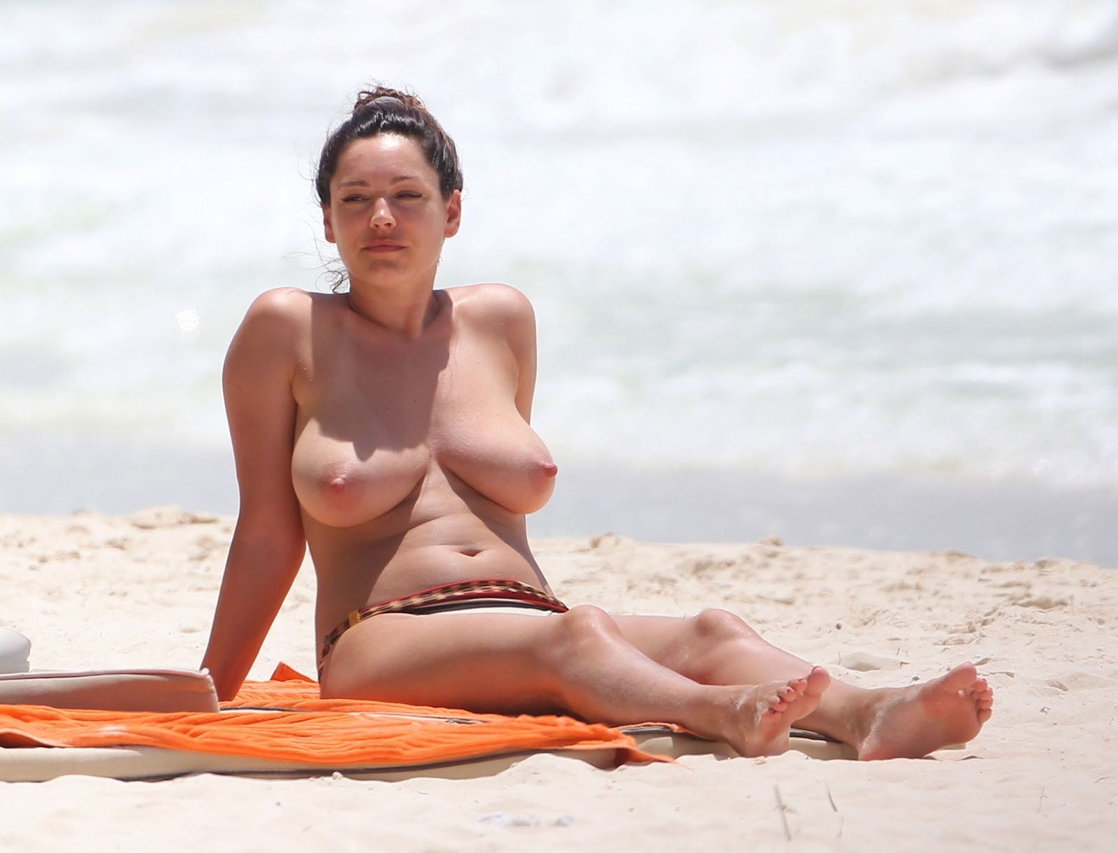 Erotic Space Girls: Kelly Brook Topless in a Bikini on the Beach