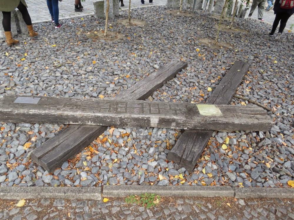 אנדרטת זכרון קטנה מחוץ לתחנת הרכבת גרונהוולד