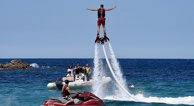 Bermain flyboard  BAGAI PAHLAWAN SUPER!