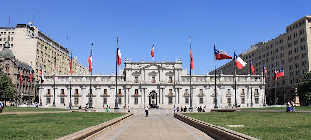 Được khánh thành vào năm 1805, cơ ngơi nguy nga lộng lẫy này ban đầu được dùng làm Sở đúc tiền Hoàng gia Chile trước khi trở thành dinh tổng thống chính thức và sau này là trụ sở chính phủ. Đây chính là một trong những chính tích lịch sử mà khách du lịch Santiago nhất định phải viếng thăm khi tới đây!    Khi có cơ hội du lịch nơi đây, khách du lịch sẽ có cơ hội được nhìn thấy mặt tiền cung điện vô cùng sang trọng và trang nhã. Lối xây dựng chủ đạo chính là tính đối xứng hoàn hảo giữa các ô cửa sổ và dãy cột. Bên trong, du khách Santiago còn được chứng kiến văn phòng tổng thống cùng các màn trình diễn của ban nhạc diễu hành.