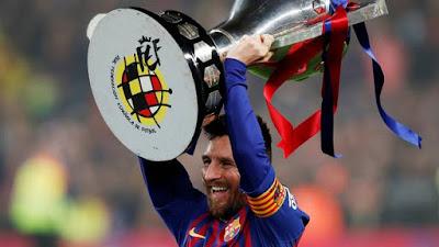Messi comemora vitória e título sobre o Levante (Foto: Reuters)