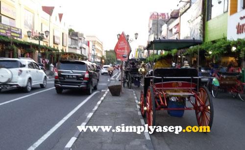 JL MALIOBORO :  Jalan satu arah  yang rapih. Di sisi kanan atau kirinya berjejer pedagang Souvenir. Andong dengan tenang menjajakan jasanya.  Foto Asep Haryono