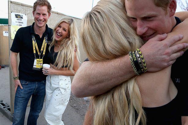 El príncipe Harry estaría saliendo con Ellie Goulding, fueron sorprendidos besándose.