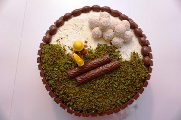 niebieski tort z bobem budowniczym, kinderkami i rafaello
