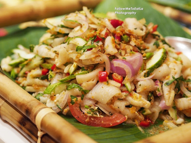 Kerabu Kaki Ayam Dengan Jantung Pisang (Poach Chicken Feet With Banana Pulp Salad)
