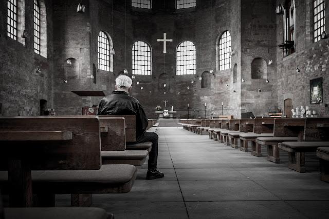 Eucharystia jest modlitwą wspólnotową. Znaki i gesty, które w tym czasie wykonujemy, mają to potwierdzać. A zatem znaki te nie należą do mnie, ale do wspólnoty. Nie mogę ich sobie dobrowolnie stosować i zmieniać. To najprostszy przejaw szacunku dla wspólnoty.