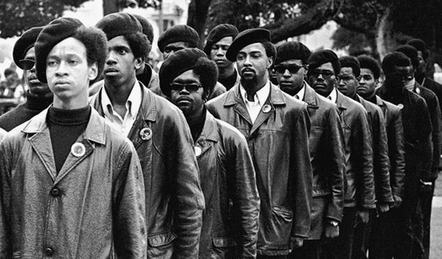 """O Partido dos Panteras Negras foi fundado há 50 anos – mas, ainda hoje, muitos equívocos sobre seu revolucionário trabalho correm soltos.  The Black Panthers: Vanguard of the Revolution (Os Panteras Negras: A Vanguarda da Revolução), um documentário de Stanley Nelson, que foi ao ar na rede de TV norte-americana PBS em fevereiro, jogou uma luz necessária sobre as contribuições, convicções e dificuldades dos membros do partido.  O filme de Nelson mergulhou a fundo na discussão sobre a verdade por trás dos Panteras Negras e destacou a forte reação institucional que o movimento de libertação recebeu da polícia e do governo.  Desde o radical início do grupo, em 1966, até sua dissolução, em 1982, aqui estão importantes fatos que você precisa saber para entender melhor os Panteras Negras.  1. O princípio central que guiava os Panteras Negras era """"um amor infinito pelas pessoas"""".  O Partido dos Panteras Negras para Autodefesa, conhecido como o Partido dos Panteras Negras, foi fundado em 1966 por Huey Newton e Bobby Seale.  Esses dois revolucionários criaram a organização nacional como forma de combater coletivamente a opressão dos brancos. Depois de ver os negros sofrerem constantemente com a tortura praticada por policiais em todo o país.  Newton e Seale ajudaram a formar o pioneiro grupo de libertação dos negros para ajudar a construir uma comunidade e confrontar sistemas corruptos de poder."""