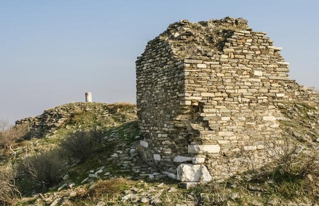 Torreón de gran tamaño localizado en la esquina NO del castillo.