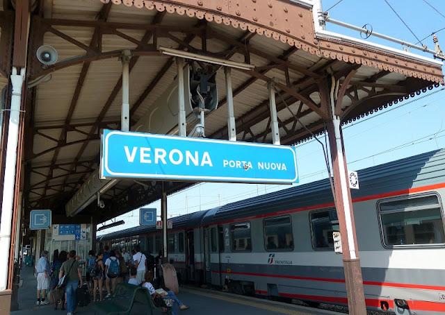 Trem na estação Verona Porta Nuova