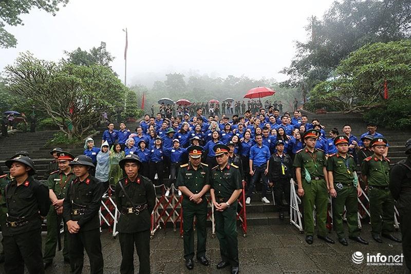 Chùm ảnh lực lượng tình nguyện đội mưa làm hàng rào tại Đền Hùng - Ảnh 13